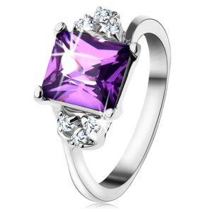 Lesklý prsteň so striebornou farbou, obdĺžnikový fialový zirkón, drobné zirkóniky  - Veľkosť: 50 mm