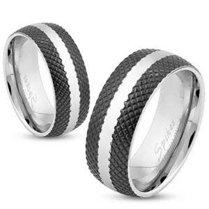 Oceľový prsteň s čiernym mriežkovaným povrchom, lesklý pás striebornej farby, 8 mm - Veľkosť: 69 mm