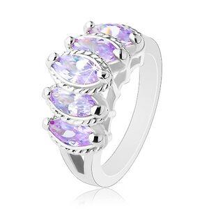 Prsteň striebornej farby, vystupujúce brúsené zrnká fialovej farby, vrúbky - Veľkosť: 52 mm