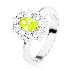 Prsteň striebornej farby, žltozelený oválny zirkón lemovaný okrúhlymi čírymi zirkónikmi - Veľkosť: 49 mm