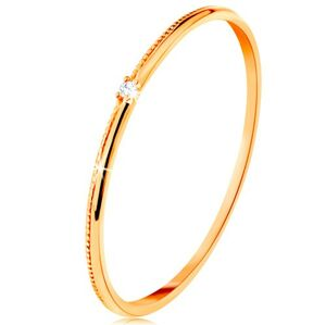 Prsteň v žltom 14K zlate - drobný číry zirkón, jemne vrúbkované ramená - Veľkosť: 51 mm