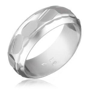 Prsteň zo striebra 925 - brúsené nepravidelné tvary v strede - Veľkosť: 50 mm