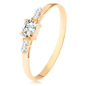 Prsteň zo žltého 14K zlata - číry zirkónový ovál, dvojice zirkónikov po stranách - Veľkosť: 65 mm