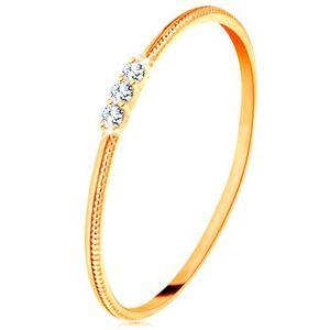 Prsteň zo žltého 9K zlata - tenké ramená s vrúbkami, tri číre zirkóniky - Veľkosť: 49 mm