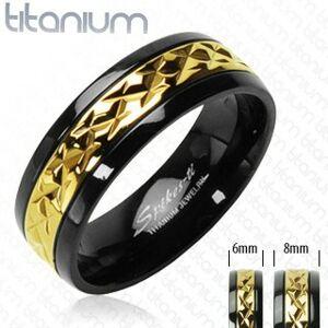 Titánový prsteň čierny so vzorovaným pruhom zlatej farby - Veľkosť: 73 mm