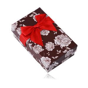 Tmavohnedá darčeková krabička na náušnice alebo retiazku - biele kvety, ozdobná červená mašla