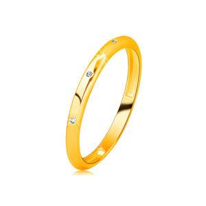 Zlatá obrúčka zo 14K zlata - tri zirkóniky čírej farby, zrkadlovolesklý a hladký povrch - Veľkosť: 56 mm