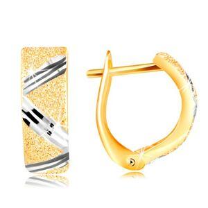 Zlaté 14K náušnice - trblietavý pieskovaný povrch s cik-cak línou z bieleho zlata