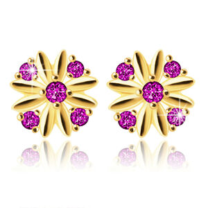 Zlaté 585 náušnice - kvet s podlhovastými lupeňmi, ružovočervené zirkóniky